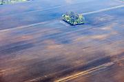 Nederland, Drenthe, Gemeente Coevorden, 01-05-2013; omgeving Stieltjeskanaal. Lege en kale akker akker met geisoleerd groepje bomen.<br /> Empty and barren field field with isolated grove of trees.<br /> luchtfoto (toeslag op standard tarieven);<br /> aerial photo (additional fee required);<br /> copyright foto/photo Siebe Swart