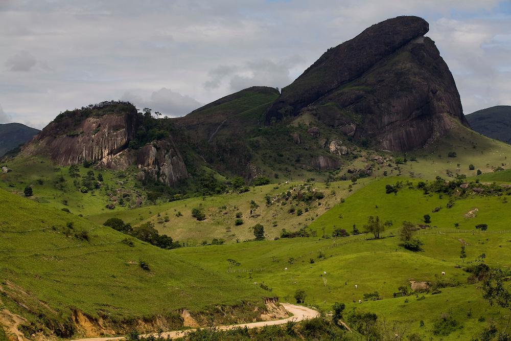 Santo Antonio do Jacinto_ MG, Brasil...Paisagem com montanha em Santo Antonio do Jacinto, Minas Gerais...A landscape with mountain in Santo Antonio do Jacinto, Minas Gerais...Foto: LEO DRUMOND / NITRO.