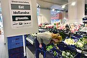 Nederland, Nijmegen, 16-8-2014Op de groente en fruitafdeling van Dirk van den Broek en Albert Heijn liggen veel nederlandse groenten en fruit in de aanbieding. De prijzen zijn sterk gedaald vanwege de sancties jegens Rusland ende  boycot van Rusland van Europese groente en fruit.FOTO: FLIP FRANSSEN/ HOLLANDSE HOOGTE