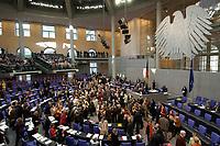 17 OCT 2003, BERLIN/GERMANY:<br /> Abgeordneten werfen ihre Stimmkarten in die Wahlurnen, waehrend einer namentlichen Abstimmung, Plenum, Deutscher Bundestag<br /> IMAGE: 20031017-01-005<br /> KEYWORDS: Übersicht, Uebersicht, Plenum, Plenarsaal, Saal, Bundesadler, Adler