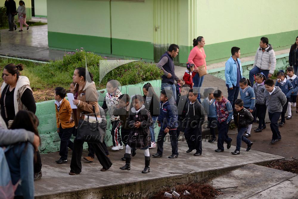TOLUCA, México.- (Agosto 21, 2017).- Más de 4.8 millones de alumnos de nivel preescolar, primaria y secundaria regresaron a clases este lunes, desde temprana hora comenzaron a llegar a los planteles escolares para dar inicio al ciclo escolar 2017-2018. Agencia MVT / Crisanta Espinosa.