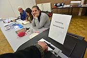 Nederland, Ubbergen, 19-11-2014Stemmen tijdens de tussentijdse verkiezingen voor de gemeenteraad. In deze tussentijdse verkiezingen vanwege gemeentelijke herindeling en fusies kan in Beek-Ubbergen, Millingen  aan de Rijn en Groesbeek ook gestemd worden middels een referendum over de nieuwe naam van de gemeente. Stembureau, stemburo in een buurthuis. Netherlands, elections voting . Polling station Foto: Flip Franssen