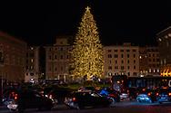 Rome, Italy 11/12/2020: The Christmas tree in Piazza Venezia surrounded by heavy traffic. <br /> © Andrea Sabbadini
