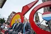 In Utrecht onthullen burgemeester Jan van Zane, wethouder Jeroen Kreijkamp en ASO-directeur Christian Prudhomme een enorme fiets. De tourfiets is het beeldmerk van de start van de Tour de France in Utrecht in 2015. Met de onthulling wordt de eerste stap gezet naar de feestelijkheden van Le Tour Utrecht. De Grand Velo, zoals het beeld heet, is volledig van staal en is 6 meter breed, 1,20 meter diep en 3,50 meter hoog.