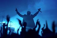 25 NOV 2002, BERLIN/GERMANY:<br /> Herbert Grönemeier waehrend einem Konzert, Max-Schmeling-Halle<br /> IMAGE: 20021125-02-004<br /> KEYWORDS: Herbert Grönemeier, Fans, Fans, Publikum, Haende, Hände