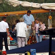 Aankomst haven Koninging Beatrix met de Groene Draeck, Prins Constatijn, Prinses Laurentien, dochter Eloise en zoon Claus-Casimir, Prins Johan Friso en Mabel Wisse Smit