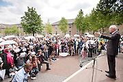 Minister Leers spreekt na afloop van de Witte Paraplumars de menigte toe. Tijdens Wereldvluchtelingendag lopen enkele honderden mensen mee met de Witte Paraplumars in Utrecht. Het is voor het eerst dat de mars in Nederland wordt gehouden. Met de tocht wil Vluchtelingenwerk aandacht vragen voor de vluchtelingen. Aan de tocht deden onder andere de Utrechtse burgemeester Aleid Wolfsen mee en tv-presentatrice Dieuwertje Blok.<br /> <br /> A couple of hundred men are walking the Umbrella March in Utrecht to get attention for the situations of refugees all over the world.