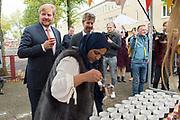 Koning Willem-Alexander bezoekt Burendag in de Geuzenwijk,Utrecht, waar een Burendag is georganiseerd voor alle buurtbewoners. De Koning ging met de initiatiefnemer en met bewoners in gesprek over hun wijk en de betekenis van Burendag voor hun wijk. <br /> <br /> King Willem-Alexander visits Burendag in Geuzenwijk, Utrecht, where a Burendag is organized for all local residents. De Koning spoke with the initiator and residents about their neighborhood and the significance of Burendag for their neighborhood.