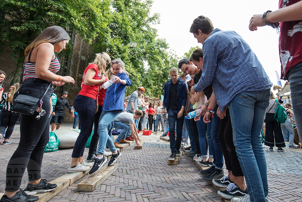 In Utrecht de introductiedagen, onder de noemer UIT, van start gegaan. Eerstejaars studenten maken onder begeleiding van ouderejaars kennis met elkaar en de stad waar ze gaan studeren<br /> <br /> In Utrecht new students meet each other and the city during the introduction week.
