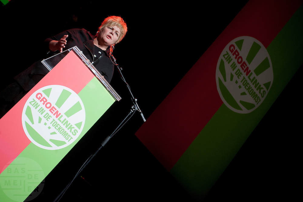 Ineke van Gent houdt een betoog op het congres van GroenLinks. In Utrecht vindt het 30e partijcongres plaats van GroenLinks. Een van de heikele punten is de missie naar Kunduz. Ook wordt een nieuwe partijvoorzitter gekozen.<br /> <br /> Ineke van Gent is speeching at the convention. The Dutch party GroenLinks (Green party) holds its 30th convention in Utrecht. One of the big issues is the mission to Kunduz. They will also elect the new chairman of the party.