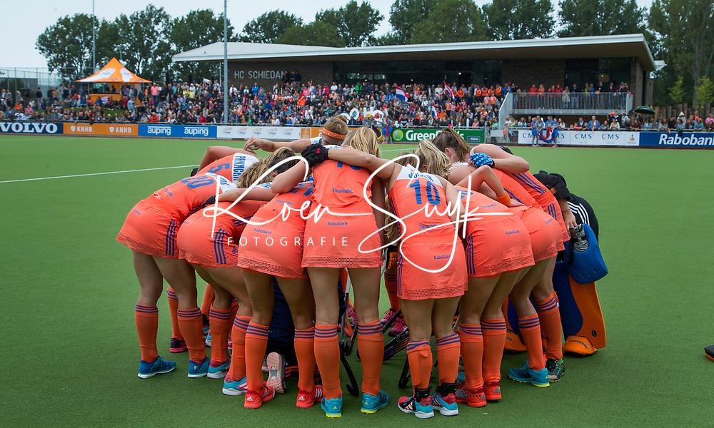 SCHIEDAM -Teamhuddle Oranje  de oefenwedstrijd tussen  de dames van Nederland en Belgie , in aanloop naar het  EK Hockey, eind augustus in Amstelveen. COPYRIGHT KOEN SUYK