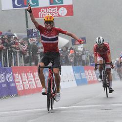 27-08-2020: Wielrennen: EK wielrennen: Plouay<br /> De Noor Jonas Hvideberg heeft in Plouay de Europese titel bij de beloften gewonnen. De Deen Anthon Charmig en Vojtech Repa uit Tsjechië eindigden als tweede en derde.