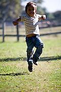 Aquidauana_MS, Brasil...Crianca pulando na fazenda Rio Negro no Pantanal...A child jumping in Rio Negro farm in Pantanal...Foto: JOAO MARCOS ROSA / NITRO