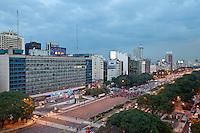 MANIFESTANTES CORTAN LA AVENIDA 9 DE JULIO IMPIDIENDO LA NORMAL CIRCULACION DE LOS VEHICULOS, BUENOS AIRES, ARGENTINA (PHOTO © MARCO GUOLI - ALL RIGHTS RESERVED)