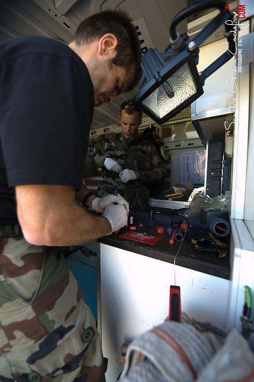 Stage MECO de maintien en condition opérationnelle du chasseur de mines Andromède avec mise en oeuvre du PAP et du SPIV.<br /> Activité des plongeurs démineurs du GPD Atlantique et du CMT Céphée.<br /> Octobre 2010 / Brest (29) / FRANCE<br /> Voir le reportage complet (146 photos) http://sandrachenugodefroy.photoshelter.com/gallery/2010-10-Plongeurs-Demineurs-Complet/G00002fHYx_eqk94/C0000yuz5WpdBLSQ