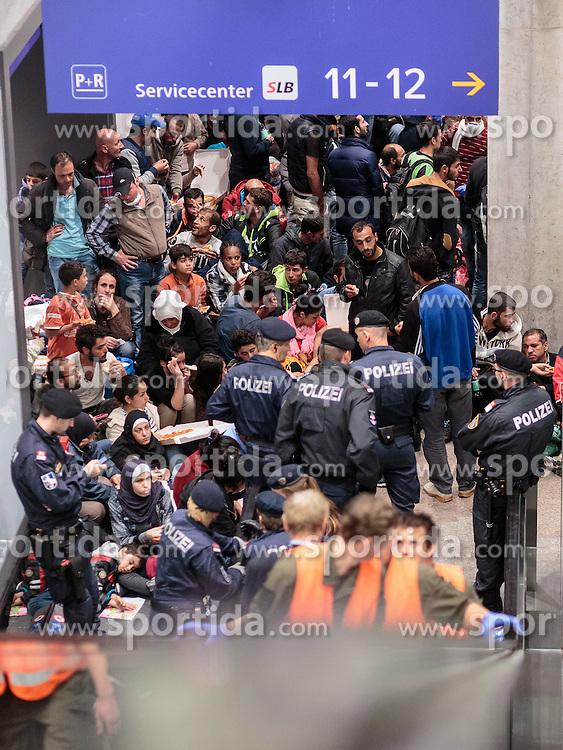 14.09.2015, Hauptbahnhof Salzburg, AUT, Fluechtlinge am Hauptbahnhof Salzburg auf ihrer Reise nach Deutschland, im Bild Flüchtlinge drängen in Richtung abfahrender Züge, sie werden von Polizisten eskortiert // Refugees urge toward trains, they are escorted by police officers. Thousands of refugees fleeing violence and persecution in their own countries continue to make their way toward the EU, Main Train Station, Salzburg, Austria on 2015/09/14. EXPA Pictures © 2015, PhotoCredit: EXPA/ JFK
