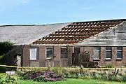 Nederland, Ooij, 2-9-2016Op het dak van een oude boerenschuur, liggen platen asbest als dakbedekking . Ze worden er door een gespecialiseerd sloop bedrijf vanaf gehaald. Het grote aantel daken van met name boerderijen en schuren vormt op de lange termijn een gezondheidsrisico en moeten allemaal verwijderd worden . Foto: Flip Franssen
