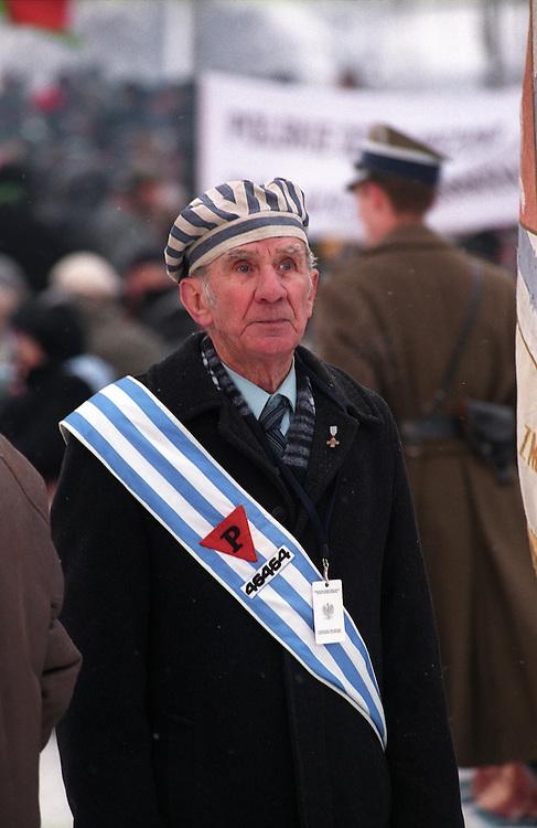 Ehemaliger Häftling des Konzentrationslagers Auschwitz während den Gedenkfeiern zur 60. Jährigen Befreiung des Konzentrationslagers durch die Rote Armee am 27. Januar 1945. Er trägt die Mütze der damaligen Gefangenuniform, sowie seine Gefangennummer auf dem blau-weißen Streifen. ..Auschwitz Birkenau am 27.01.2005