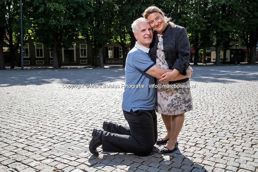 Nederland, Den Bosch, bert van Giersbergen met zijn turkse vrouw Meriam op de parade voor de rubriek Een nieuw Begin van het &Katern