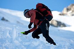 THEMENBILD - Verschuettetensuche nach Lawinenabgang. Hier im Bild Andreas Hanser bei der Suche mit LVS-Gerät ( Ortungsgerät, Peilsendersuche ) nach dem Verschütteten. Andreas Hanser ist staatlich geprüfte Berg und Schiführer sowie ausgebildeter Bergretter der Bergrettungsleitstelle Kals am Großglockner. Archivbild vom 10.01.2009 anlässlich einer Alpine Sicherheitsschulung 'Umgang mit LVS-Geraet, Sonde und Schaufel' veranstaltet vom Alpinkompetenzzentrum Osttirol (AKZ), im Grossglockner Resort Kals, Osttirol. EXPA Pictures © 2012, PhotoCredit: EXPA/ J. Groder