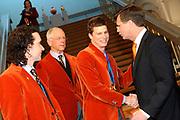 In het ministerie AZ ontvangt de minister president de medaillewinnaars<br /> <br /> Op de foto:<br />   Bob de Jong , Henk Gemser , MP Jan Peter Balkenende feliciterd Sven Kramer