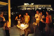 Griekenland, Athene, 5-7-2008Op het dak van een hotel viert een vrouw haar verjaardag.Foto: Flip Franssen