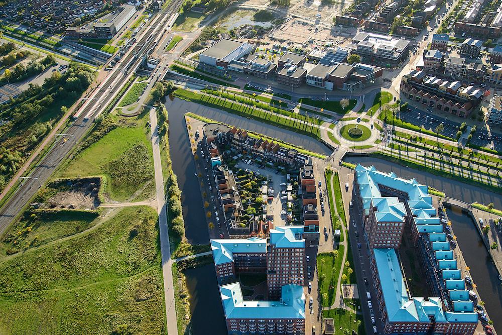 Nederland, Utrecht, Amersfoort, 24-10-2013; de wijk Vathorst, deelplan De Laak. Het stedenbouwkundig plan (van de stedebouwkundigen West8 met Adriaan Geuze ). Grachtenstad. Station Amersfoor Vathorst.<br /> New housing district Vathorst in Amersfoort, the urban plan of this Canal City, is based on canals with canal house-style houses. Developed by the urban development agency West8, Adriaan Geuze.<br /> luchtfoto (toeslag op standaard tarieven);<br /> aerial photo (additional fee required);<br /> copyright foto/photo Siebe Swart.