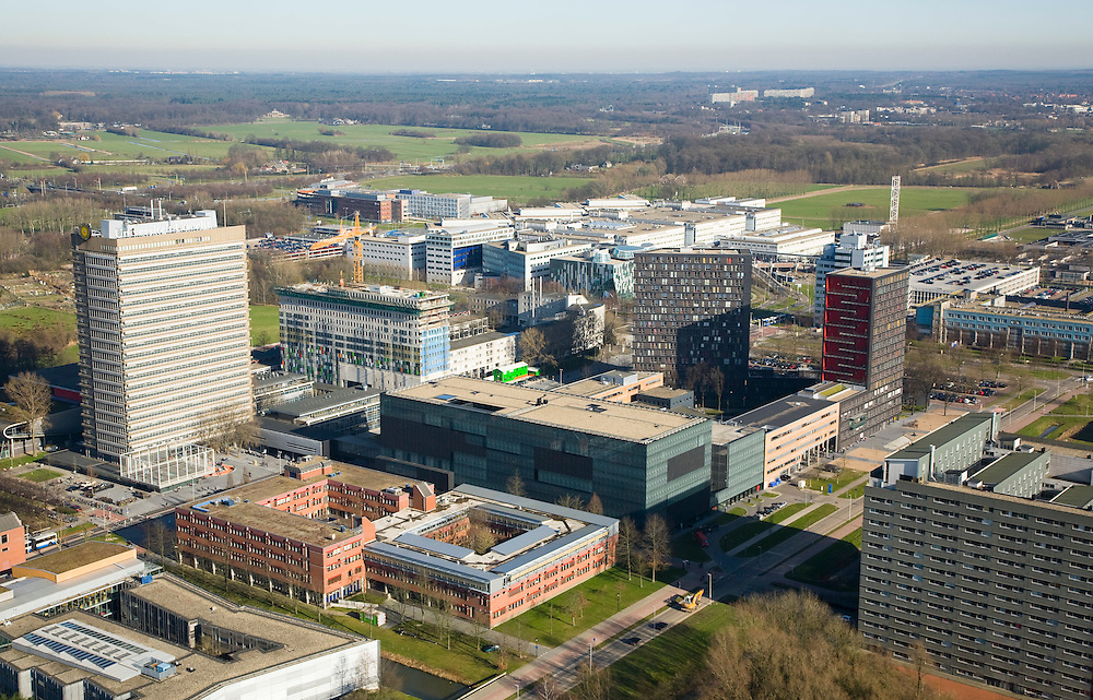 Nederland, Utrecht, de Uithof, 11-02-2008; universiteitscentrum van Universiteit Utrecht, exacte faculteiten en de sociale faculteit, onder andere Diergeneeskundefaculteit; huisvest ook enkele faculteiten van de Hogeschool Utrecht, op het complex onder andere ook: Universitair Medisch Centrum Utrecht (UMC), Academisch Ziekenhuis Utrecht (AZU), het Wilhelmina Kinderziekenhuis (WKZ), UB - universiteitsbibliotheek; verder studentenhuisvesting in studentenflats;.wetenschap, studeren, leren, onderzoek, research..luchtfoto (toeslag); aerial photo (additional fee required); .foto Siebe Swart / photo Siebe Swart