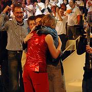 NLD/Hilversum/20070310 - 9e Live uitzending SBS Sterrendansen op het IJs 2007 de Uitslag, Thomas Berge  word omhelst en opgevangen door zijn ouders en broer Rens