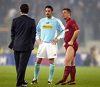 Fotball<br /> Serie A<br /> Lazio v Roma<br /> 21. mars 2004<br /> Foto: Digitalsport<br /> Norway Only<br /> Kampen mellom Lazio og Roma ble avbrutt. På bildet: Fabio Capello (Roma-trener), Stefano Fiore (Lazio) og Antonio Cassano (Roma)