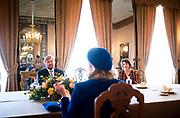 DEN HAAG, 12-10-2020, Paleis Noordeinde<br /> <br /> Koning Willem Alexander heeft op Paleis Noordeinde 'De correspondentie van Desiderius Erasmus' in ontvangst genomen van uitgever mevrouw Exler-Donker. Deze volledig in het Nederlands vertaalde correspondentie van de Nederlandse humanist Erasmus bestaat uit twintig delen en een register met in totaal 3.141 brieven. Nu het laatste deel deze maand is voltooid, is de sinds 2001 door de Rotterdamse Uitgeversmaatschappij Ad. Donker uit het Latijn vertaalde en chronologisch uitgegeven reeks compleet. De Koning heeft na de in ontvangstname de boekenreeks geschonken aan de Stichting Praemium Erasmianum, waarvan hij regent is.