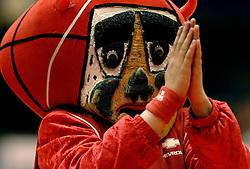 27-04-2006 BASKETBAL: HALVE FINALE PLAY OFF: ASTRONAUTS - MPC: AMSTERDAM<br /> MPC wint in Amsterdam van de Astronauts / Mascotte Demon Astronauts <br /> ©2006-WWW.FOTOHOOGENDOORN.NL