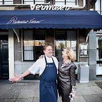 Nederland, Amsterdam , 23 november 2010..Chefkok Chris Naylor van restaurant Vermeer in Barbizon hotel wordt gefeliciteerd met zijn Michelinster door Astrid Hoogstede.Foto:Jean-Pierre Jans