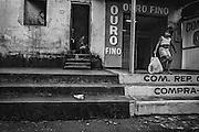 Brazil, Oiapoque, Amapa.<br /> <br /> Comptoir d'achat d'or. Oiapoque est avant tout une ville de passage pour les garimpeiros bresiliens qui viennent chercher du travail sur le sol guyanais et sert de base d'approvisionnement a cette activite clandestine. L'or qui circule ici vient a 90 % de Guyane, seuls 2 des comptoirs d'achat d'or d'Oiapoque sur plus d'une dizaine, beneficient d'une autorisation de la banque centrale bresilienne. Quand les militaires francais investissent une zone d'activite clandestine guyanaise, l'economie d'Oiapoque s'arrete. <br /> <br /> Cette ville champignon, base d'orpaillage pour l'activite clandestine, profite depuis 2003 de l'achevement d'une route qui permet une liaison directe de Cayenne a St Georges, sur la rive guyanaise opposee.<br /> <br /> La construction d'un pont devrait prochainement permettre le passage du fleuve oyapock et relier le Bresil au departement francais.