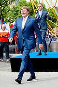Koning Willem Alexander is dinsdagmiddag 5 juli aanwezig bij de openingsceremonie van de Europese Kampioenschappen atletiek op het Museumplein in Amsterdam Ellen van Langen Rutger Smith Churandy Martina Nadine Broersen . Tijdens de openingsceremonie dragen atleten van de 50 deelnemende landen de vlag van hun land. De vlag van European Athletics, de Europese atletiekfederatie, wordt gehesen door twee jeugdtalenten. De Koning woont de openingsceremonie bij en spreekt met een aantal Nederlandse atleten. De Europese Kampioenschappen atletiek, die voor het eerst in Nederland worden georganiseerd, vinden van 6 tot en met 10 juli plaats in Amsterdam. <br /> <br /> King Willem Alexander is Tuesday July 5 attended the opening ceremony of the European Athletics Championships at the Museumplein in Amsterdam. During the opening ceremony wearing athletes of the 50 participating countries, the flag of their country. The flag of European Athletics, the European Athletics Federation, hoisted by two young talents. The King attends the opening ceremony and talks with several Dutch athletes. The European Athletics Championships, which wKing Willem-Alexander (L) of the Netherlands shakes hands with Britains Greg Rutherford next to Ellen van Langen (2nd L) of the Netherlands before the official opening ceremony of the European Athletics Championships 2016. as first organized in the Netherlands, finding 6 to July 10 in Amsterdam. <br /> Koning Willem Alexander is dinsdagmiddag 5 juli aanwezig bij de openingsceremonie van de Europese Kampioenschappen atletiek op het Museumplein in Amsterdam Ellen van Langen Rutger Smith Churandy Martina Nadine Broersen . Tijdens de openingsceremonie dragen atleten van de 50 deelnemende landen de vlag van hun land. De vlag van European Athletics, de Europese atletiekfederatie, wordt gehesen door twee jeugdtalenten. De Koning woont de openingsceremonie bij en spreekt met een aantal Nederlandse atleten. De Europese Kampioenschappen atletiek, die voor het eer