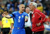 Fotball<br /> VM 2010<br /> 20.06.2010<br /> Italia v New Zealand<br /> Foto: Insidefoto/Digitalsport<br /> NORWAY ONLY<br /> <br /> L'allenatore Marcello Lippi parla con Fabio Cannavaro (Italia)