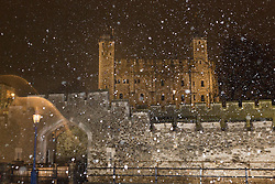 © Licensed to London News Pictures. 12/01/2017. LONDON, UK.  Snow flurries fall on the Tower of London this evening during cold winter weather, as the temperatures drop.  Photo credit: Vickie Flores/LNP