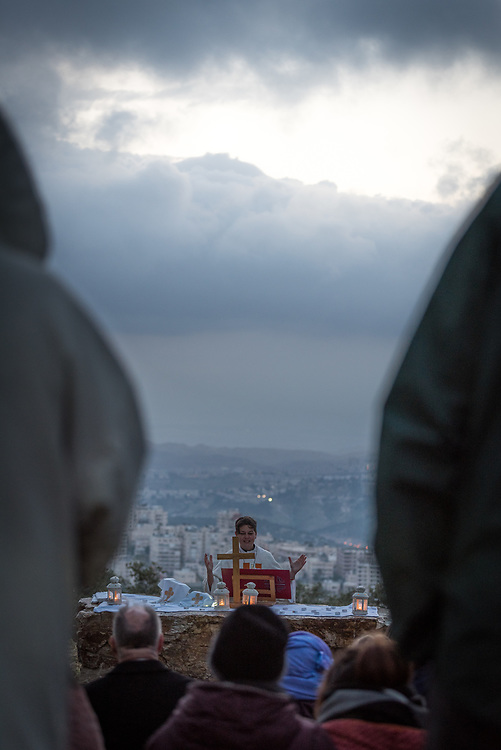 20 April 2019, Jerusalem: Carey Ballenger leads an Easter Sunday sunrise service at Jabal Allah (God's Mountain) on the Mount of Olives in Jerusalem, held by the Lutheran Church of the Redeemer (English-speaking congregation).