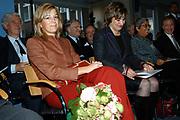 Prinses Máxima ontvangt 27 oktober 2005 het eerste exemplaar van Cordaid boek over microkrediet <br /> <br /> In het boek, Investing in the Poor, Linking social investors to microfinance, staan verhalen van betrokkenen bij microkrediet, zowel investeerders als ontvangers. Prinses Máxima is VN-adviseur voor het Internationale Jaar van het Microkrediet 2005. Eerder dit jaar bezocht zij microkredietprojecten in Kenia van onder meer Cordaid. <br /> <br /> Princess Máxima receives 27 October 2005 the first copy of Cordaid book concerning microcredit in the book, Investing in the Poor, Linking social investors to microfinance, stands recover of people concerned at microcredit, both investors and recipients. Princess Máxima is Vn-advisor for the international year of the Microkrediet 2005 .
