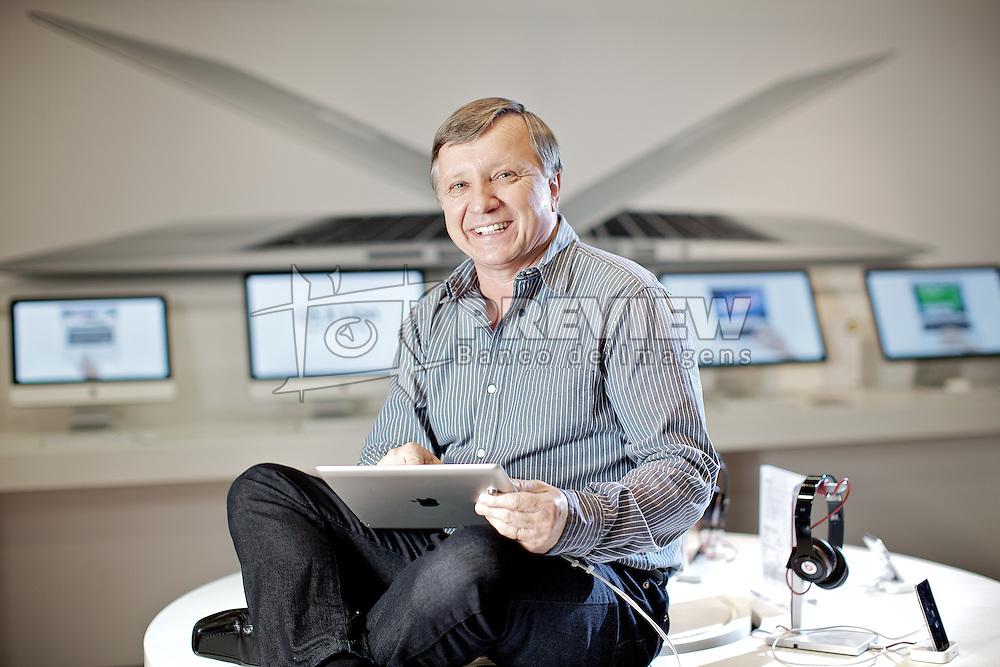 O presidente do grupo Herval, Agnelo Seger, maior revendedor da Apple no Brasil posa para foto na loja iPlace do shopping Iguatemi em Porto Alegre, a primeira revendedora Apple no país. FOTO: Jefferson Bernardes/Preview.com