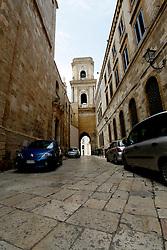 Abbandonando le vie del porto di Brindisi, ed addentrandosi nelle vie del centro storico si possono trovare chiese e cattedrali.