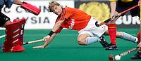 """WK Hockey. Nederland-Belgie (5-1). Maaten Eikelboom duikt tevergeefs voor de """"tip-in"""", want de bal bereikt hem niet."""