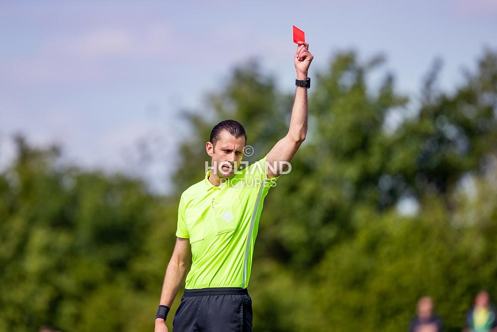 11-05-2019: Voetbal: Be Fair v DWO: Waddinxveen<br /> 3e klasse A -  Seizoen 2018-2019<br /> Scheidsrechter Roel Vermaat geeft de rode kaart