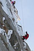 BASE JUMBER  ET WINGSUITER  CEDRIC DUMONT  FAIT UN RAPPEL AVANT LE SAUT DE L AIGUILLE DU MIDI (3800 M)
