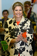 Koningin Maxima geeft startschot inzameling instrumenten op basisschool 't Palet in de Haagse Schilderswijk.De campagne is een initiatief van het programma Radio 4 Klassiek Geeft en het landelijk Instrumentendepot Leerorkest.<br /> <br /> Queen Maxima launches collection tools in primary school 't Palet in the Hague Schilderswijk.De campaign Provides an initiative of the Radio 4 program and the rural Classic Instrument Depot Leerorkest.<br /> <br /> op de foto / On the photo:  Koningin Maxima, met links Marwill Straat van Radio 4 en rechts initiatiefnemer van het Instrumentendepot Leerorkest Marco de Souza geven het startschot van de inzamelingsactie van instrumenten<br /> <br /> Queen Maxima, with left Marwill Straat of  Radio 4 and right initiator Instrument Depot Leerorkest Marco de Souza will kick off the fundraising tools