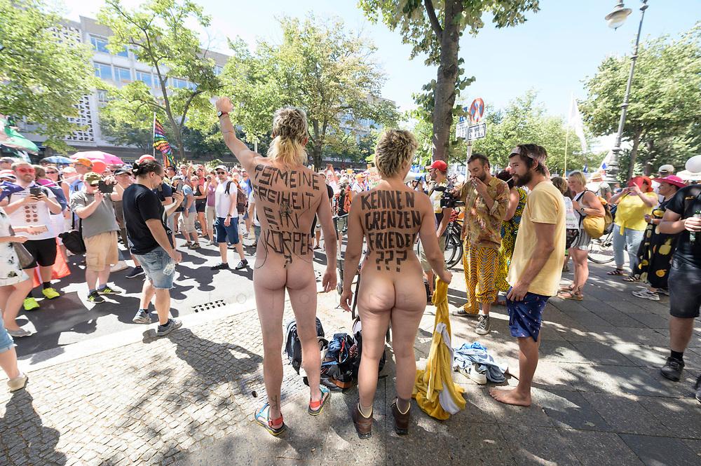"""01 AUG 2020, BERLIN/GERMANY:<br /> Ein nacktes Paerchen demonstriert mit der Aufschrift """"Ist meine Freiheit ein Körper?"""" und """"Kennen Grenzen Frieden???"""""""", Demonstration gegen die Einschraenkungen in der Corona-Pandemie durch die Initiative """"Querdenken 711"""" aus Stuttgart unter dem Motto """"Das Ende der Pandemie - Tag der Freiheit"""", Unter den Linden<br /> IMAGE: 20200801-01-035<br /> KEYWORDS: Demo, Protest, Demosntranten, Protester, COVID-19, Corona-Demo, Nudisten"""