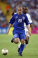 FOOTBALL - CONFEDERATIONS CUP 2003 - GROUP A - FRANKRIKE v JAPAN - 030620 - NAOHIRO TAKAHARA (JAP) / WILLIAM GALLAS (FRA) - PHOTO GUY JEFFROY / DIGITALSPORT
