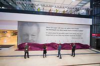 """DEU, Deutschland, Germany, Berlin, 30.10.2020: Feierliche Enthüllung der Willy-Brandt-Wand im Flughafen Berlin Brandenburg """"Willy Brandt"""", BER, Terminal 1. V.l.n.r. Wolfgang Thierse, Katrin Lange, Engelbert Lütke Daldrup, Michael Müller."""