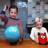 Nederland, Monnickendam , 19 november 2013.<br /> De kinderen Tip en Alosja  doen speelgoedtest met de zg furby en een wereldbol.<br /> Foto:Jean-Pierre Jans