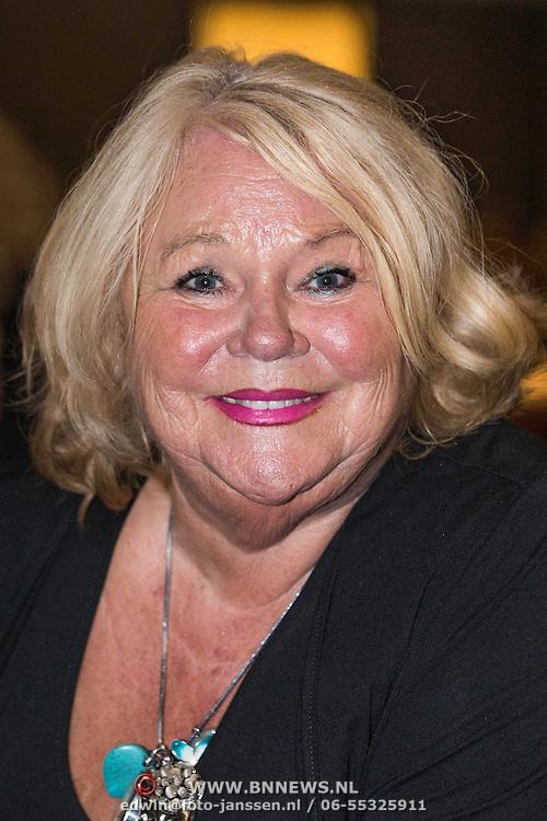 NLD/Laren/20140512 - Anita Meijer ontvangt de Radio 5 Nostalgia Ouevreprijs , Tineke de Nooij